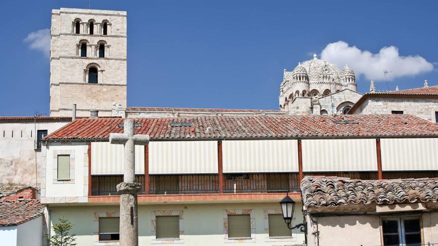 La torre y el cimborrio de la Catedral de Zamora sobresalen de los tejados de Olivares. VIAJAR AHORA