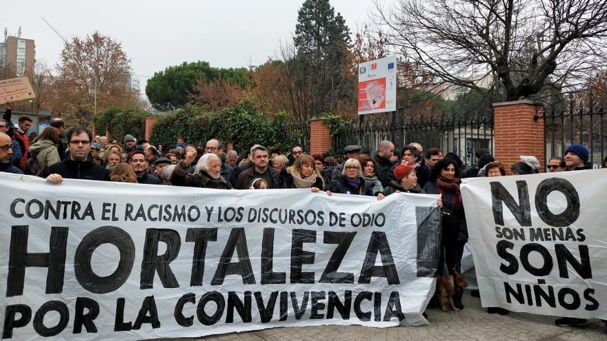 """Cientos de vecinos y activistas se concentran este domingo ante el centro de acogida de Hortaleza, en Madrid, """"contra el racismo""""."""