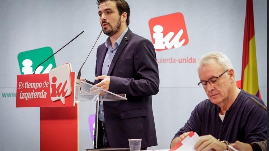 Alberto Garzón, junto a Cayo Lara, en una reunión de IU.