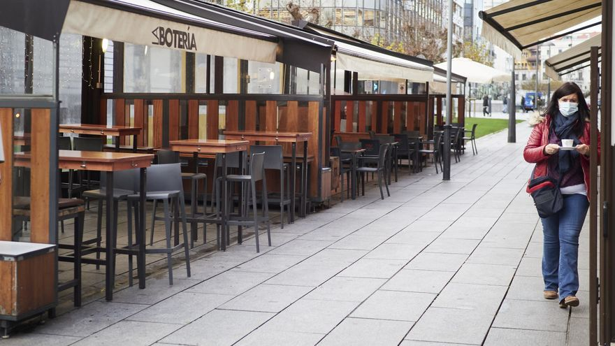 Archivo - Terrazas en un bar de Pamplona.