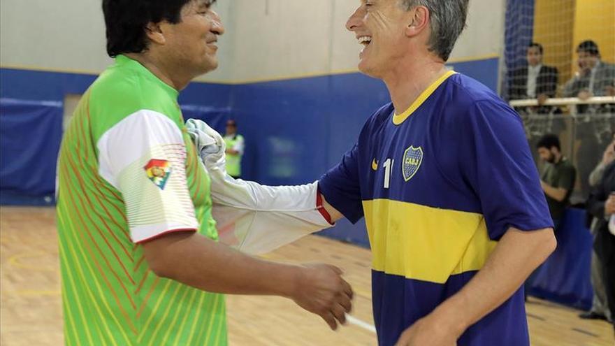 Macri juega al fútbol con Evo Morales antes de su investidura