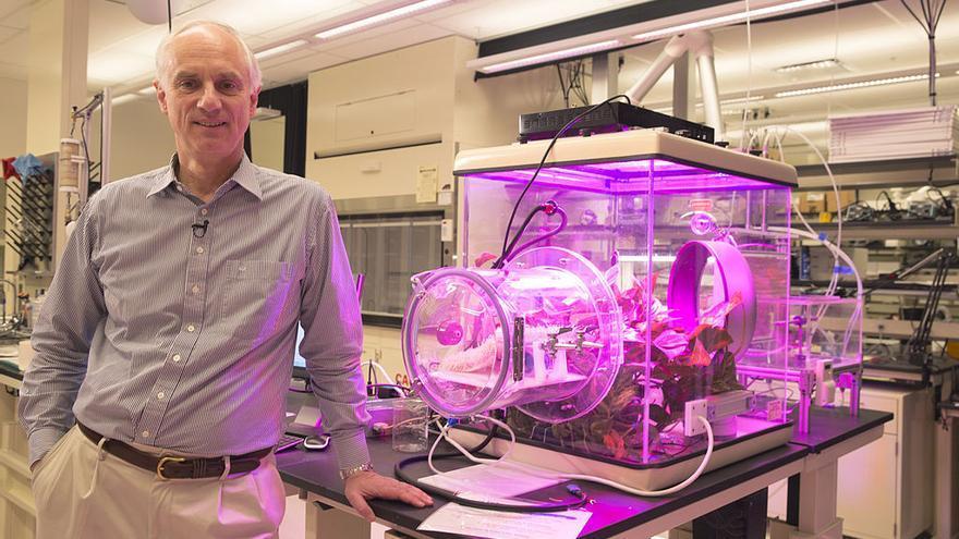 Klaus Lackner, junto a un prototipo para extraer dióxido de carbono del aire