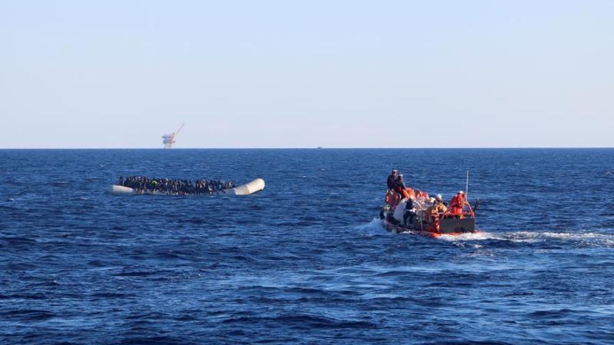 Un bote de goma a la deriva es rescatado frente a las cosas de Libia.