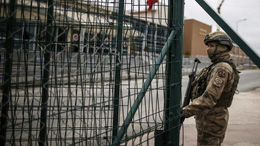 Un soldado vigila la cárcel de Silviri, Turquía.