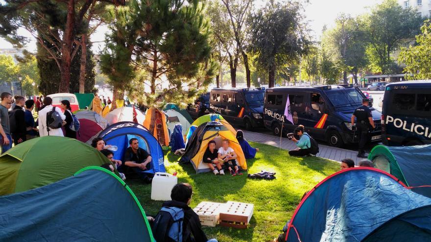 La acampada de activistas frente al ministerio, vigilada de cerca por la policía.