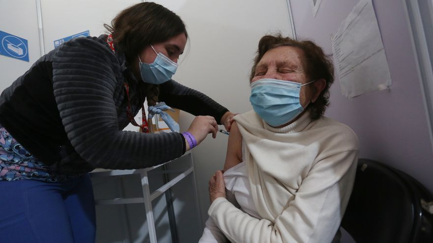 Chile defiende la tercera dosis pese a las recomendaciones de científicos de la OMS