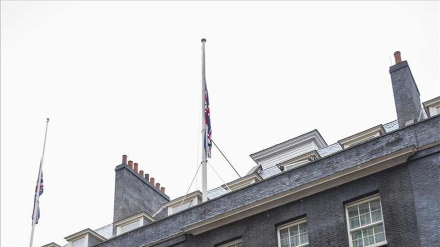 Banderas a media asta en los edificios públicos en Londres