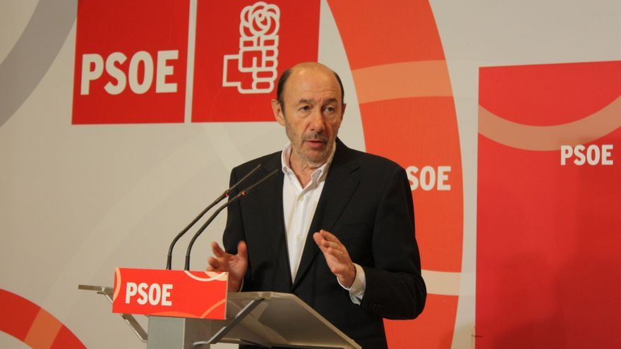 "Rubalcaba avisa a Cospedal de que tendrá al PSOE ""en frente"" si pretende privatizar hospitales en C-LM como Madrid"