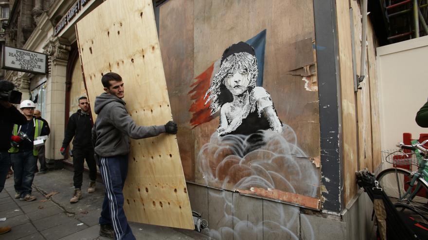 """Banksy siendo """"emparedado"""""""