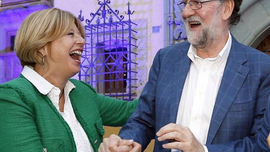 La candidata a la Alcaldía de Las Palmas de Gran Canaria, Pepa Luzardo, con el expresidente del Gobierno de España, Mariano Rajoy.