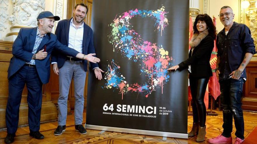 El director del festival, Javier Angulo, el alcalde de Valladolid, Óscar Puente, la concejala de Cultura, Ana Redondo, y el diseñador catalán Toni Pontí, posan junto al cartel de la 64ª edición de la Seminci.