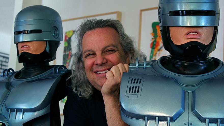 El artesano Fred Barton, entre sus RoboCop