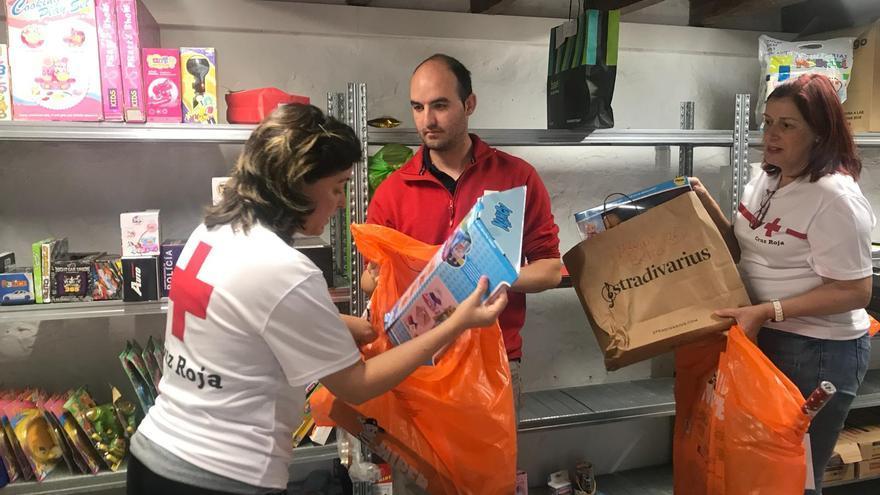 Voluntarios de Cruz Roja en La Palma durante la campaña de recogida de juguetes.