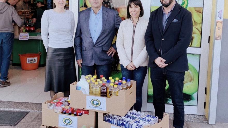 Acto de entrega de alimentos al banco municipal del Ayuntamiento de Tijarafe.