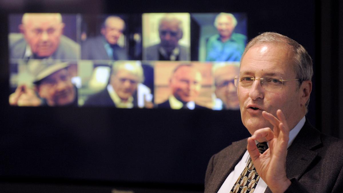 Efraim Zuroff muestra las fotografías de varios de sus investigados en una presentación celebrada en 2009 en Los Angeles.