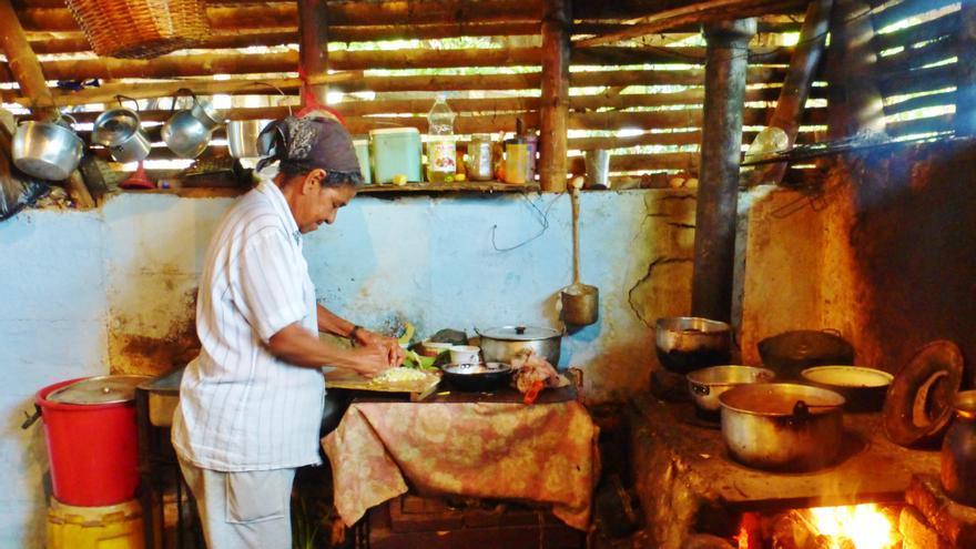 En las áreas rurales las mujeres suelen quedar relegadas a las tareas domésticas. En la imagen, una mujer afrodescendiente en Caloto, Cauca | Foto: Berta Camprubí