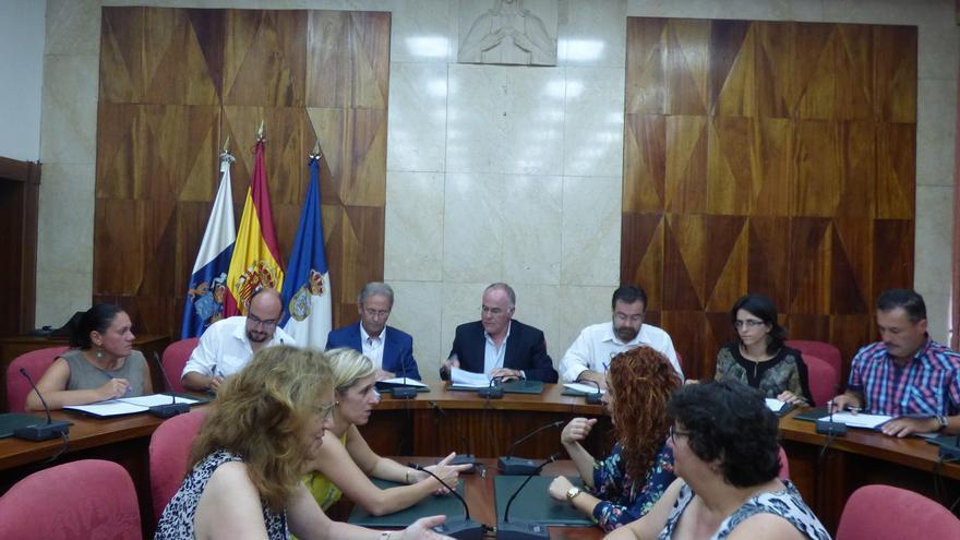 En la imagen, reunión celebrada en el salón de pleno del Cabildo para la firma de los convenios.