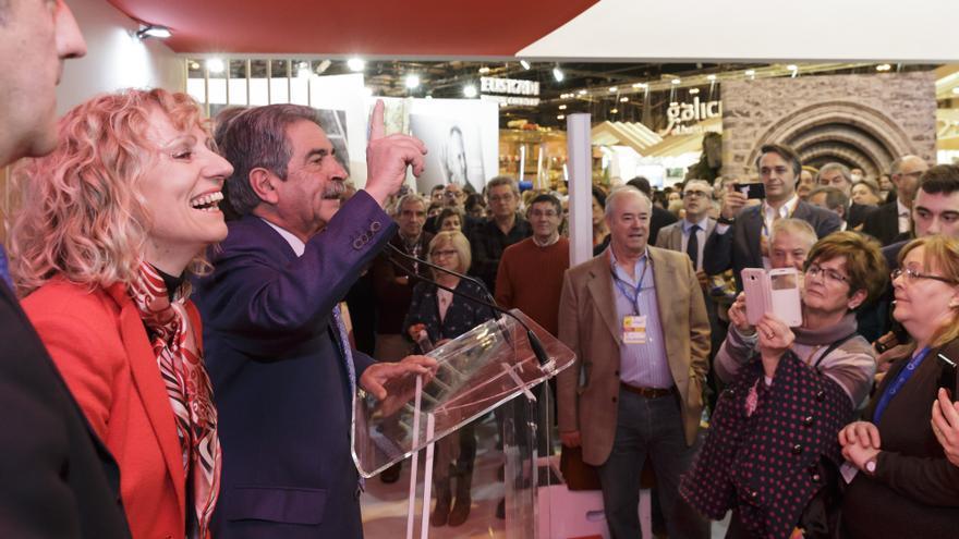 El presidente, la vicepresidenta y el consejero de Turismo, durante el acto institucional en FITUR. | Raúl Lucio)