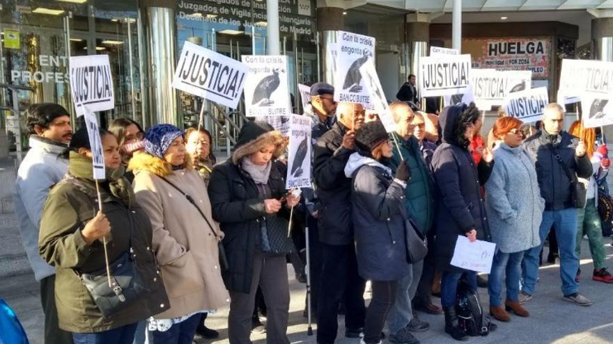 Protesta de afectados del IVIMA frente a los juzgados de Plaza de Castilla. / @FRAMV