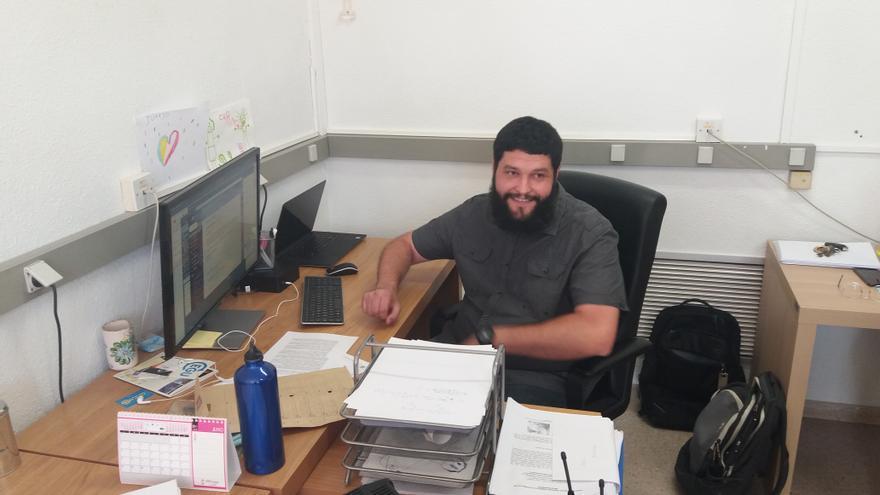 El investigador Juan José Gómez Navarro, en su despacho de la UMU
