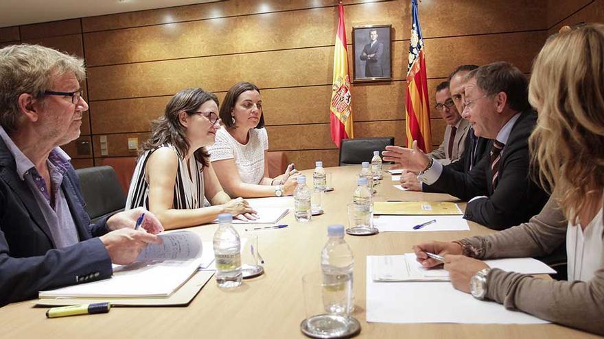 Un instante de la reunión entre Oltra y Moragues
