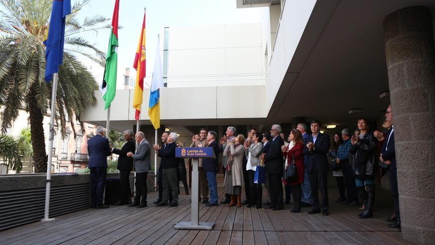 La bandera saharaui ondea en el Cabildo de Gran Canaria por su 40 aniversario