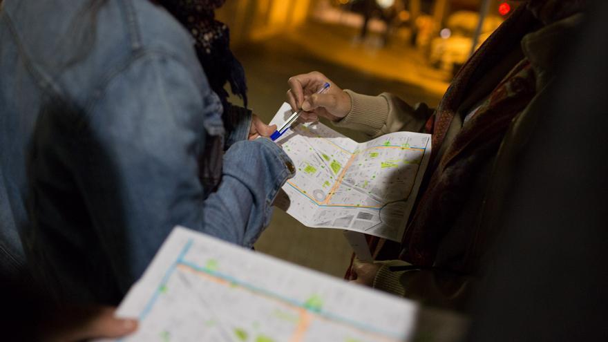Unes voluntaries de la contabilització de sense sostre d'Arrels fundació repassen la zona que els hi ha tocat pentinar / ENRIC CATALÀ