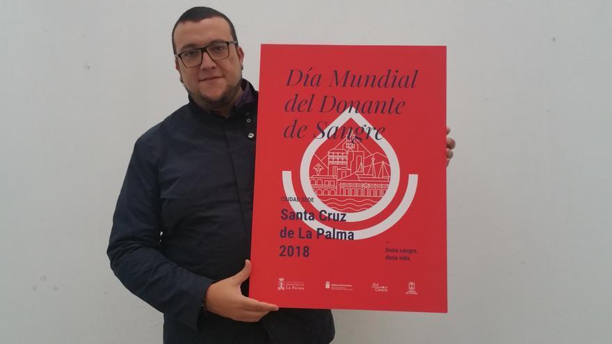 Juan José Neris muestra el cartel del Día del Donante de Sangre. Foto: LUZ RODRÍGUEZ.