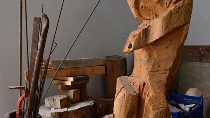 Escultura de madera en el estudio del artista.