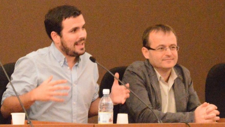 Alberto Garzón y Ramón Trujillo en la conferencia dada en Las Palmas de Gran Canaria. FOTO: Iago Otero Paz.