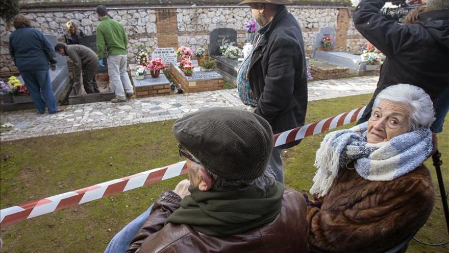 Ascensión, la hija del primer exhumado por orden de la justicia argentina / EFE
