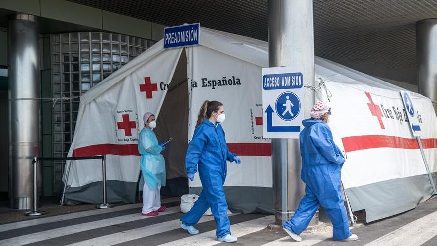 Personal sanitario junto a las instalaciones exteriores del Hospital José Molina Orosa este jueves de la quinta semana del estado de alarma decretado por el Gobierno central para frenar la expansión del coronavirus.