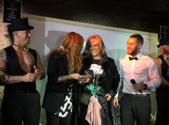Lidia Lozano recogiendo su premio de manos de Sofía Cristo | Fotografía: Club de Fans de Lidia Lozano