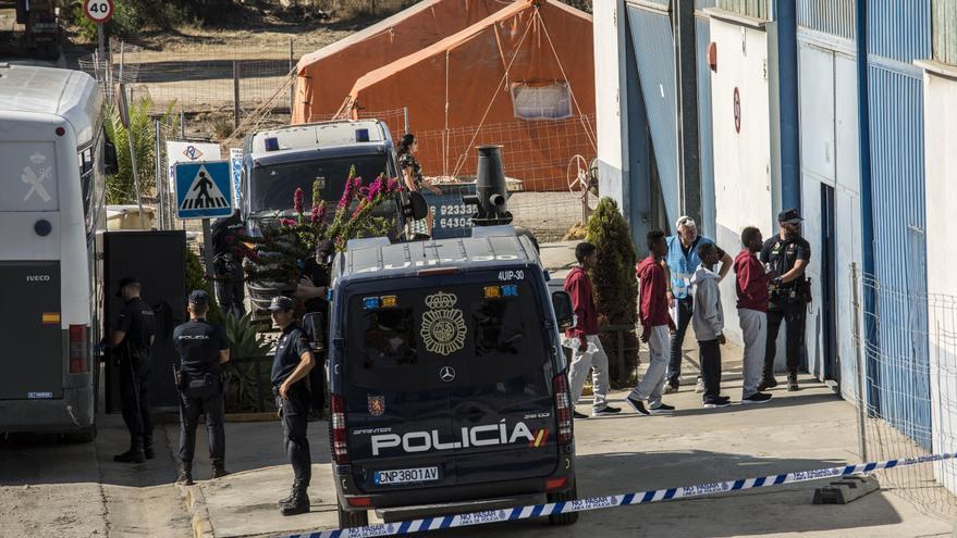 Los jóvenes rescatados descienden del autobús de la Guardia Civil que los ha transportado hasta el centro donde permanecerán durante un máximo de 72 horas.