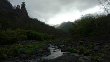 El arroyo Taburiente, este miércoles, con un hilo de agua. Al fondo, con el cielo encapotado, el Roque del Huso