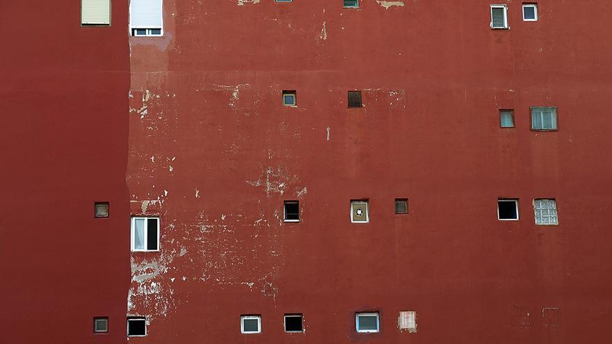 Ventanas en la fachada trasera de un edificio.