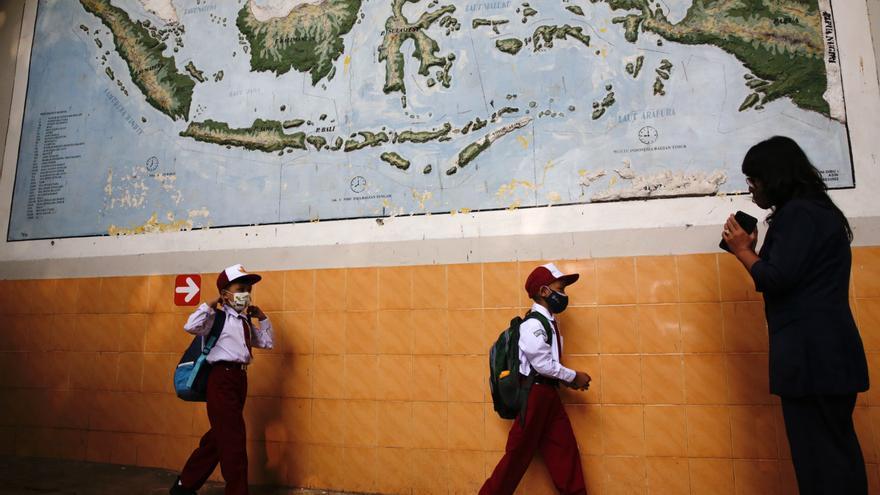 Millones de niños indonesios vuelven al colegio después de año y medio