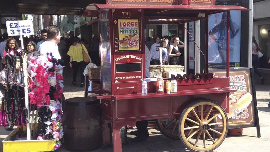 Puesto tradicional de hot dog en Mánchester