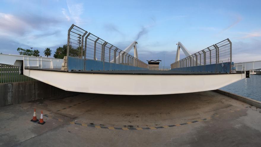 Uno de los brazos del puente antes de la restauración, con el vallado del circuito urbano de Fórmula 1