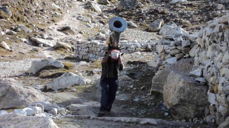 En el Everest había que transportar el material por aire, en yak o a cuestas