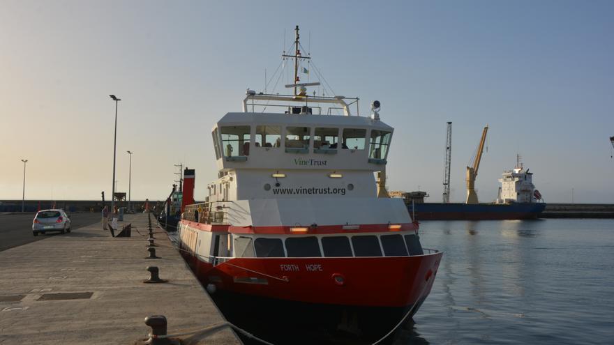 El 'Forth Hope', atracado en el puerto capitalino, en Tenerife