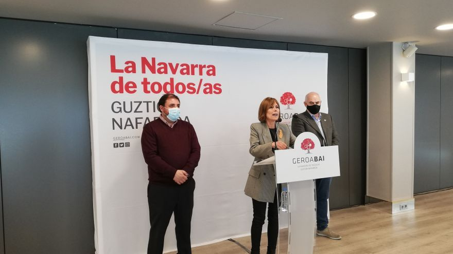 La portavoz de Geroa Bai, Uxue Barkos, junto con el presidente del Parlamento foral, Unai Hualde (izquierda) y el vicepresidente José María Aierdi (derecha)