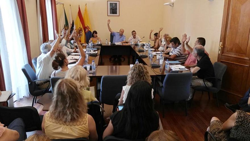 Pleno del Ayuntamiento de Santa Brígida en el que se aprobó por unanimidad incoar el expediente del 'mamotreto'