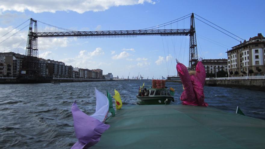 La subida ecológica del Nervión a su paso por el puente colgante en pasadas ediciones. /Bizizaleak