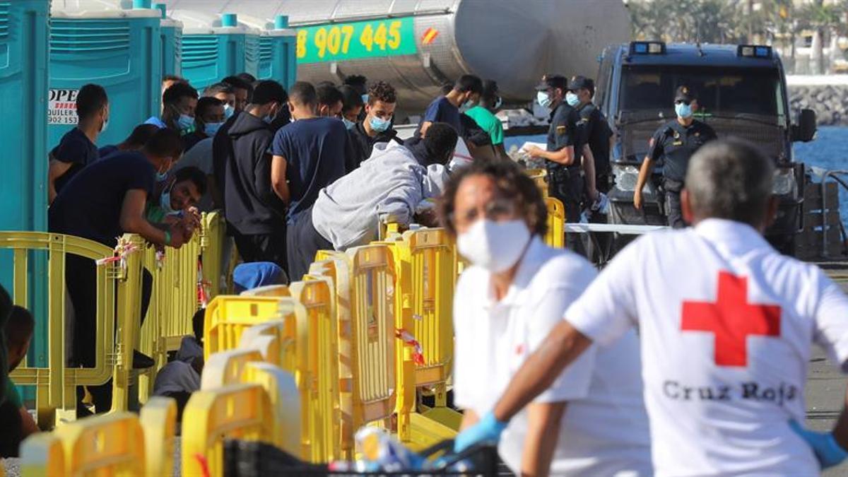 Inmigrantes en el muelle de Arguineguín (Gran Canaria) este lunes