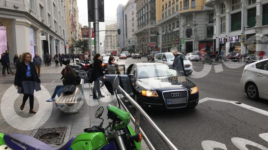 La vicepresidenta del Gobierno, saliendo de la tienda y entrando en su coche, aparcado en el carril bus de la Gran Vía. ELDIARIO.ES