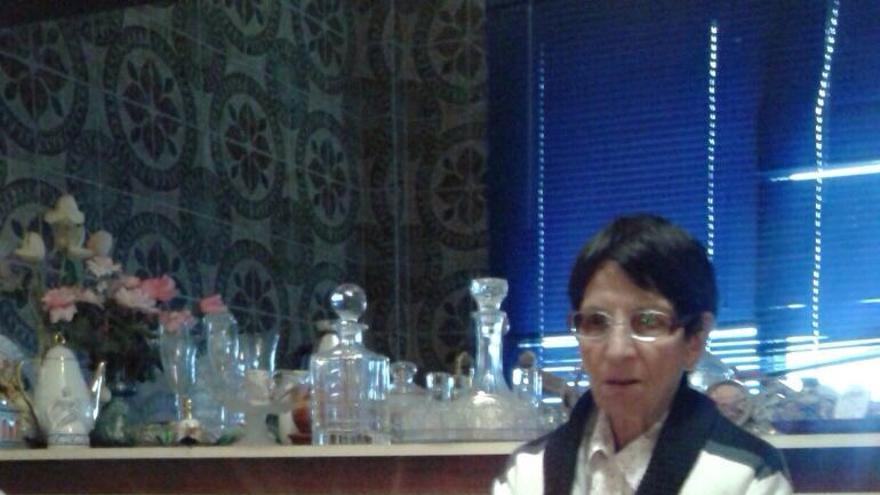 Efigenia Borges junto a su altar de velas