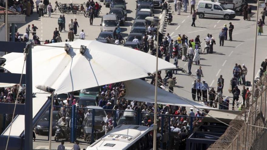 Dos avalanchas de porteadores vuelven a colapsar la frontera de Ceuta