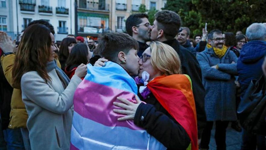 """Concentración en protesta contra los cursos para """"curar"""" la homoxesualidad del Obispado de Alcalá de Henares, convocada esta tarde en la Plaza Pedro Zerolo"""