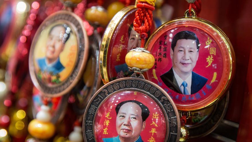 Vista de varios recuerdos con el rostro del presidente chino, Xi Jinping, y del líder chino Mao Zedong en una tienda de Pekín (China) hoy, 26 de febrero de 2018.